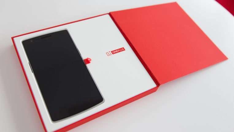 Смартфон представлен в бело-красной коробке