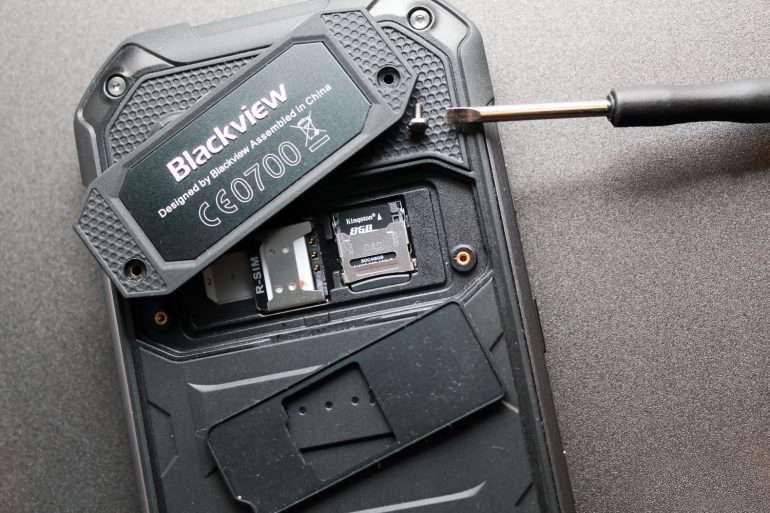 Blackview BV6000 слоты под карту памяти и сим карту