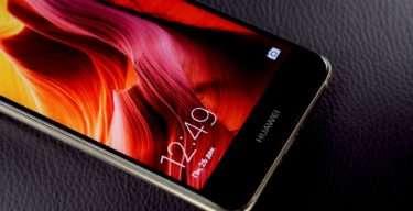 яркий дисплей телефона хуавей