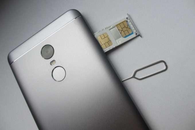 Телефон с открытым слотом для SIM-карты
