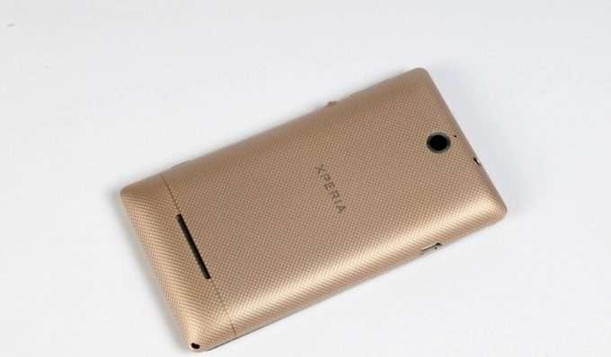 Sony Xperia E тыльная сторона