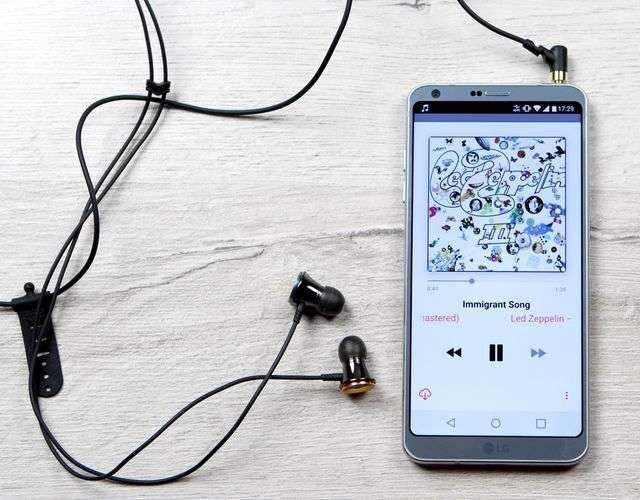 LG G6 с наушниками
