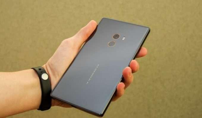 задняя крышка смартфона с камерой
