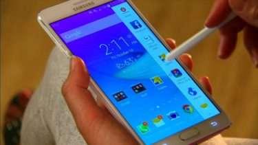 лицевая часть смартфона со стилусом