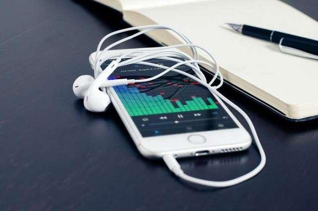 iPhone с наушниками