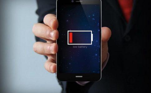 разряженный телефон в руке