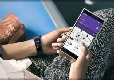 фитнес-браслет и смартфон