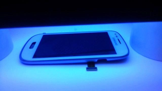 телефон в ультрафиолетовой лампе