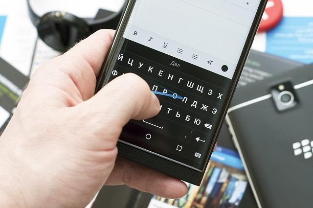 набор текста на клавиатуре смартфона