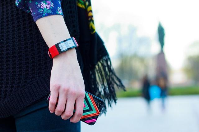 девушка с фитнес браслетом на руке
