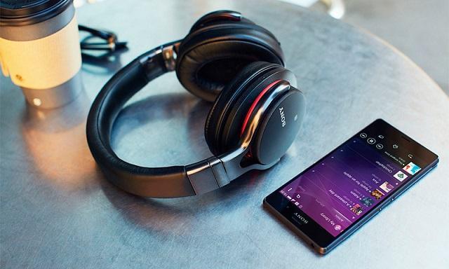 телефон и Bluetooth-наушники