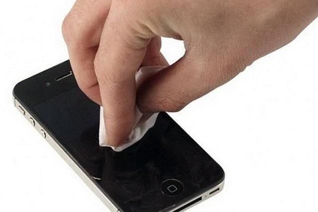 чистка экрана смартфона