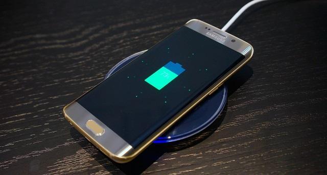 беспроводная зарядка и смартфон