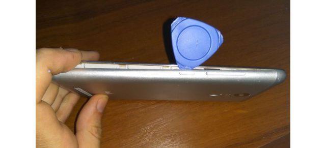 снятие крышки смартфона