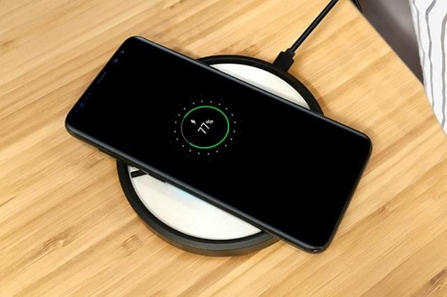 беспроводная зарядка и телефон