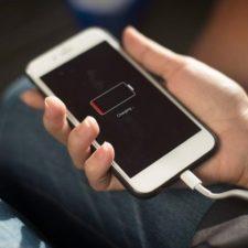 разряженный смартфон в руке