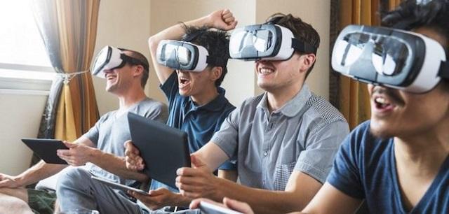 люди играют в очках виртуальной реальности