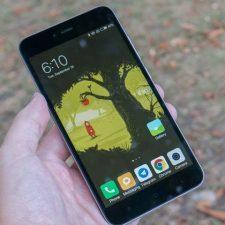 Xiaomi Redmi 5A в руке