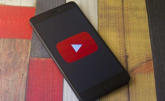 youtube на экране смартфона