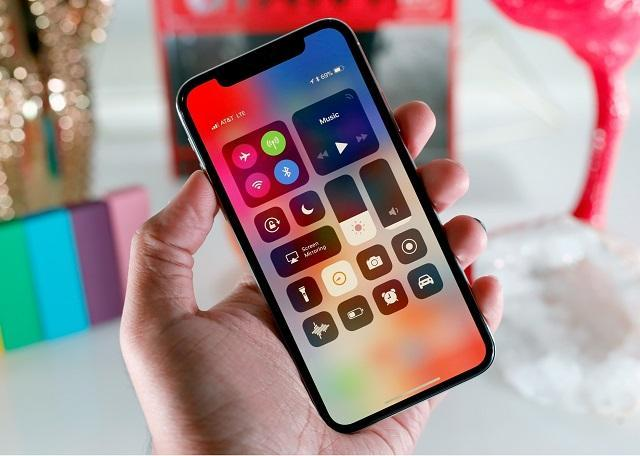iphone x в руке