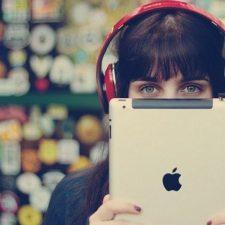 девушка в наушниках с планшетом