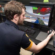 мужчина играет в компьютерные игры
