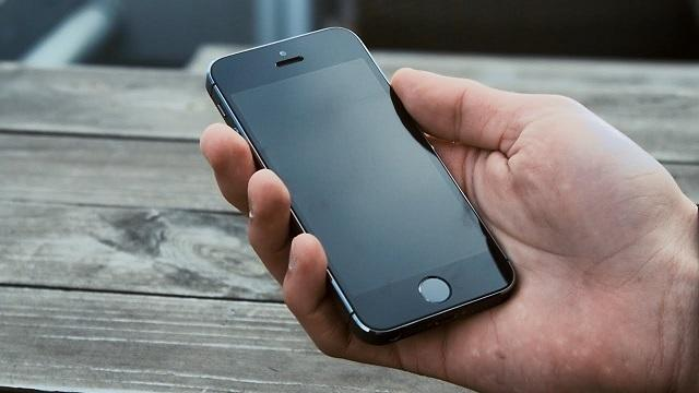 Айфон 5 в руке