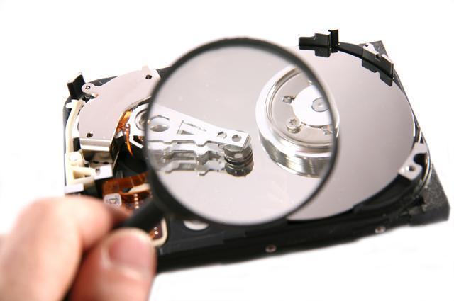 увеличительное стекло и жесткий диск