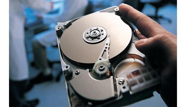 жесткий диск в руке