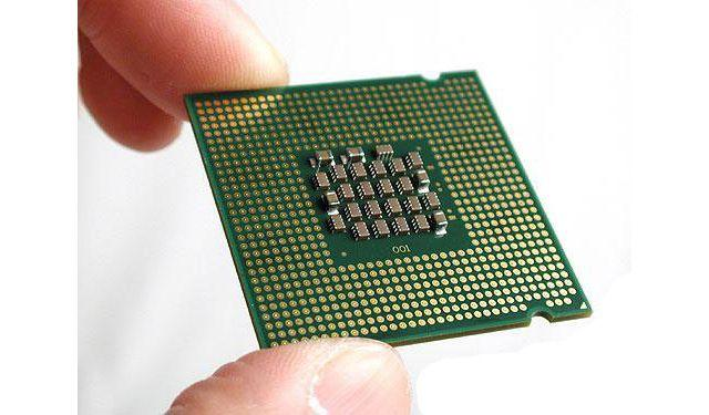 держит процессор пальцами
