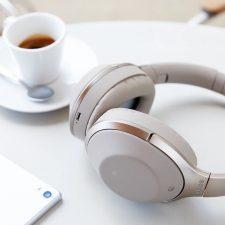 Наушники на столе рядом с чашкой кофе