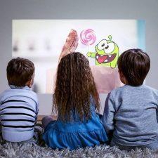 дети смотрят мультфильм