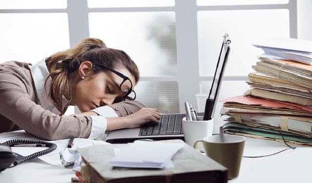 девушка спит возле ноутбука
